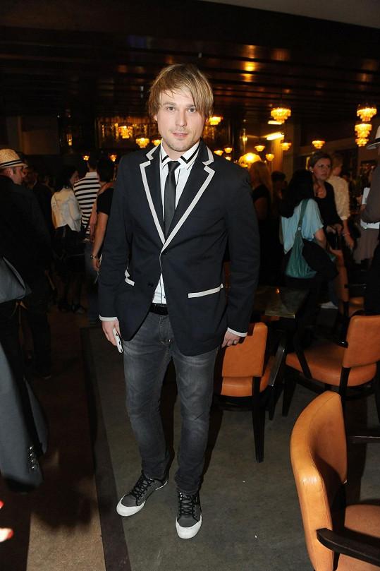 Bez čepice a v projmutém saku vypadá David jako jiný člověk.