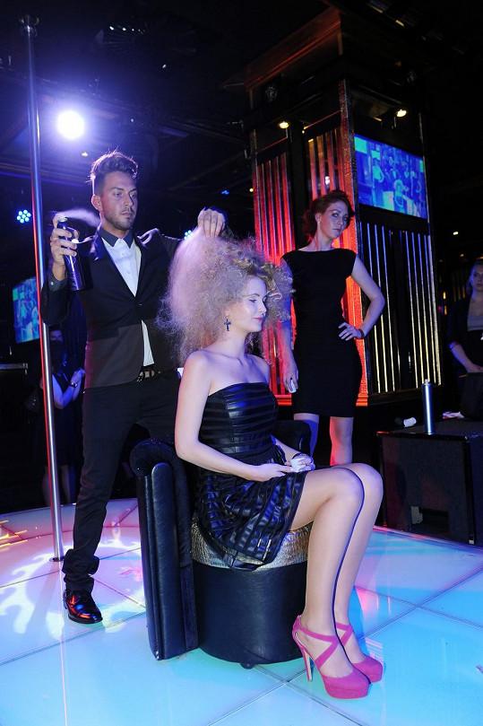 Arsov během otvíračky předvedl i kadeřnickou show.