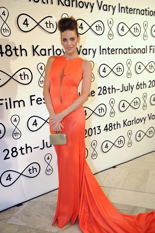 Andrea Verešová zvolila šaty návrhářky Natali Ruden, které doladila kabelkou ze Simple concept store.