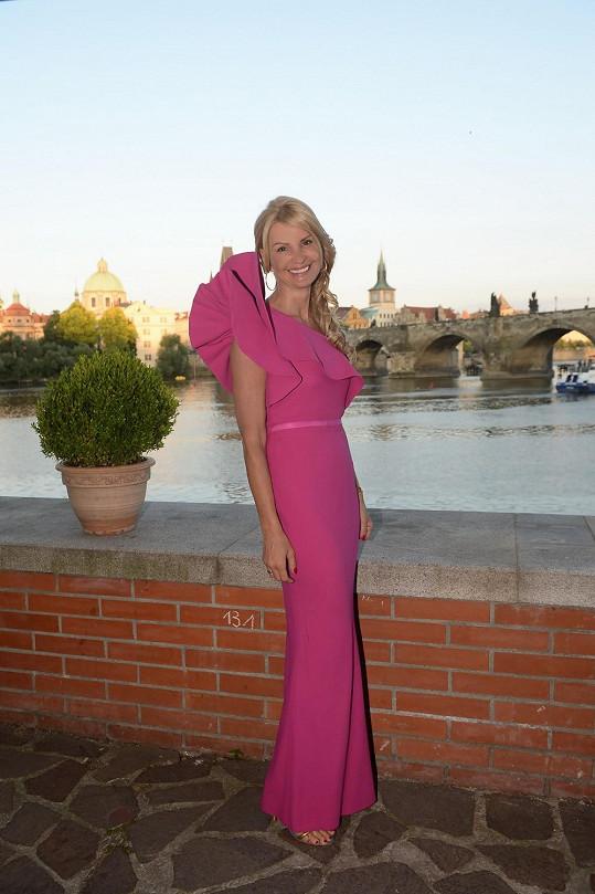 Tamara Kotvalová se objevila v růžovém modelu na párty své firmy.