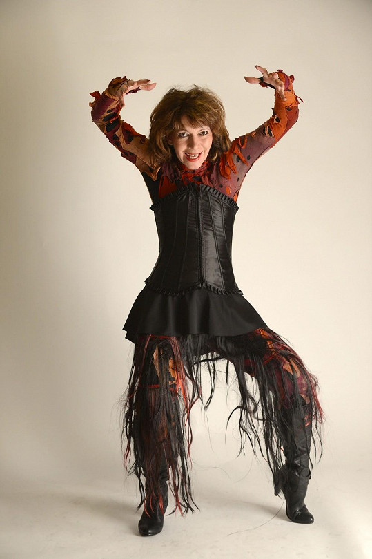 V obepnutém kostýmu vyniknou její křivky.
