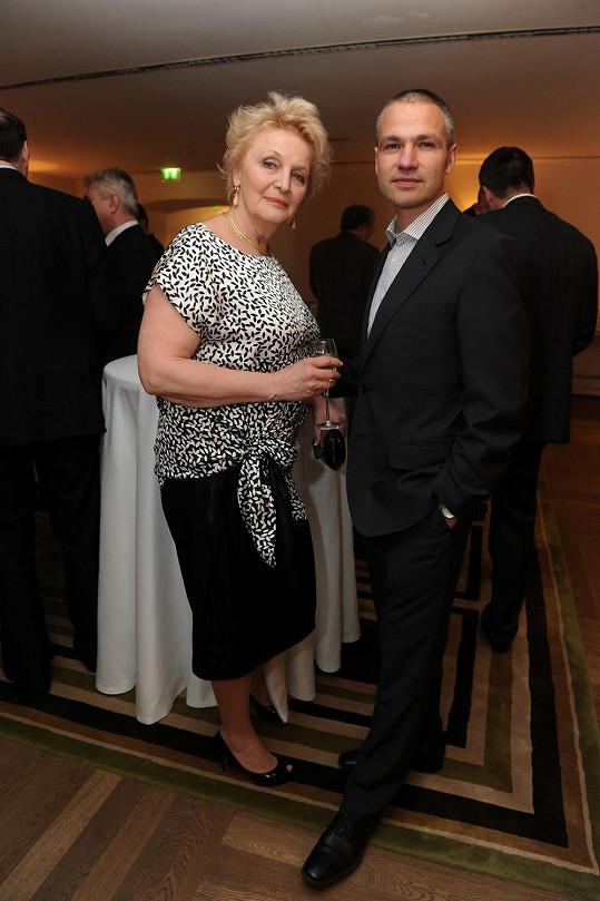 Na předávání cen Žena regionu byla Regina Rázlová (na snímku s manažerem Janisem Sidovským) ještě blondýna.