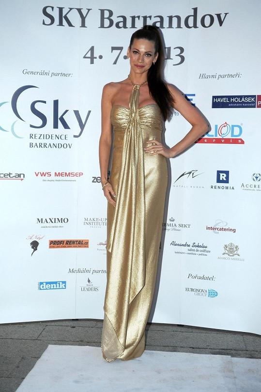 Andrea Verešová se po přehlídce převlékla do zlatých šatů.
