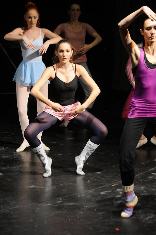 Při baletní průpravě na Fantoma opery