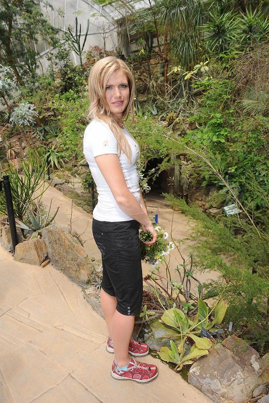 Ale sluší jí to, i když se prochází po botanické zahradě...