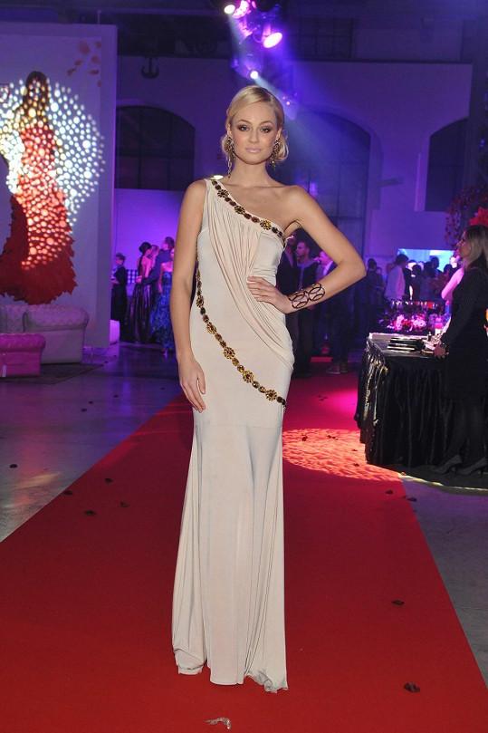 Vlastně by od nás Miss Earth 2012 dostala plný počet bodů, nebýt špatně zvoleného náramku, který nekorespondoval s dobově vyhlížejícími aplikacemi na šatech a náušnicemi, a vykukujícího poutka, které slouží k zavěšení šatů na ramínko.