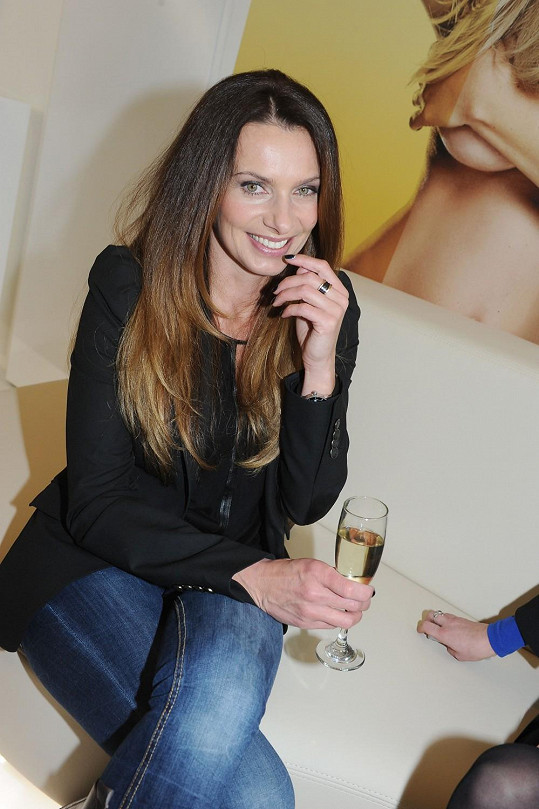 Alice Bendová vystudovala Střední umělecko-průmyslovou školu v Praze na Žižkově - obor nábytek a interiéry.