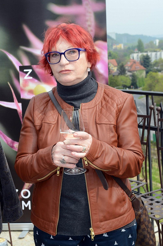 Růžové, které by jí víc ladilo s barvou vlasů, vyzkoušet nechtěla a zůstala u bílého.