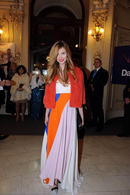 Ester v šatech Dior a norkovém kožíšku od Ivany Mentlové.