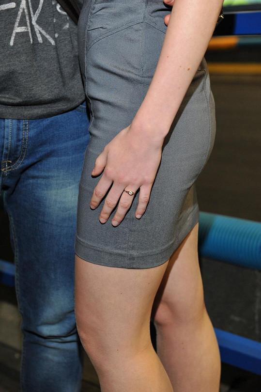 Na prsteníčku levé ruky se Elišce třpytí zásnubní prsten.