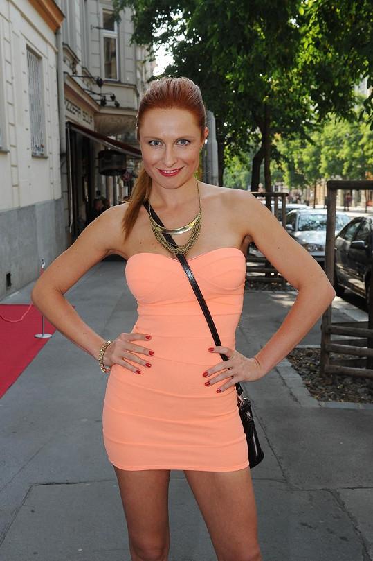 Modelka měla moc krátké šaty.