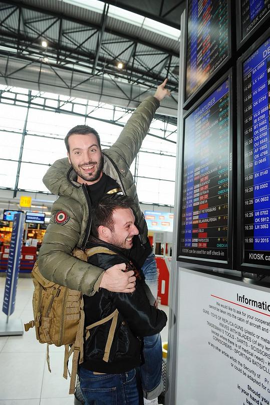 Bratři ukazují na let, kterým se později dostali do Finska.