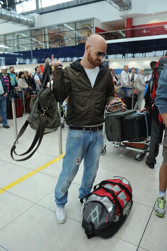 Rodina doma zapomněla jedno zavazadlo, a tak se pro něj musel Karel Vágner z letiště vrátit. Naštěstí letadlo stihli.