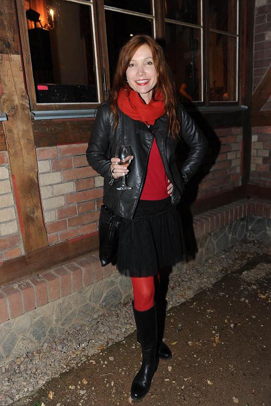 Na párty Ulice si vzala černou sukýnku a červené punčocháče.