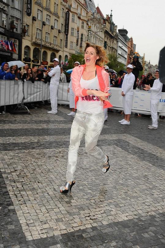 Nikol šla do závodu v běhu na dvacet metrů v lodičkách po hlavě.