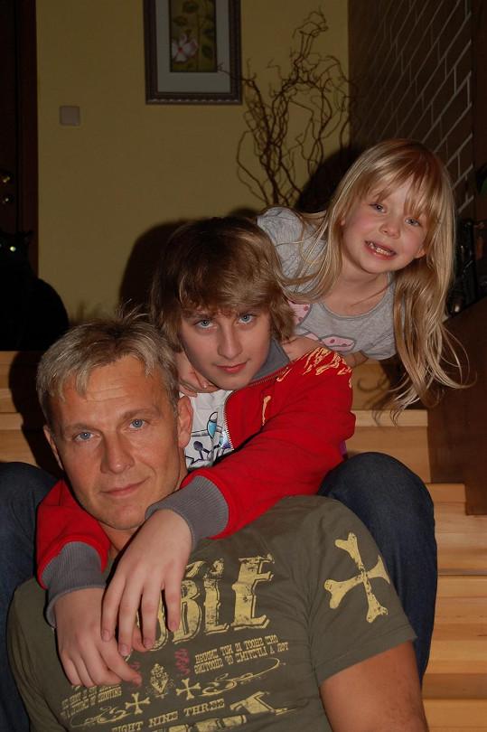 Martin Maxa se synem Ivošem a dcerou Emičkou.