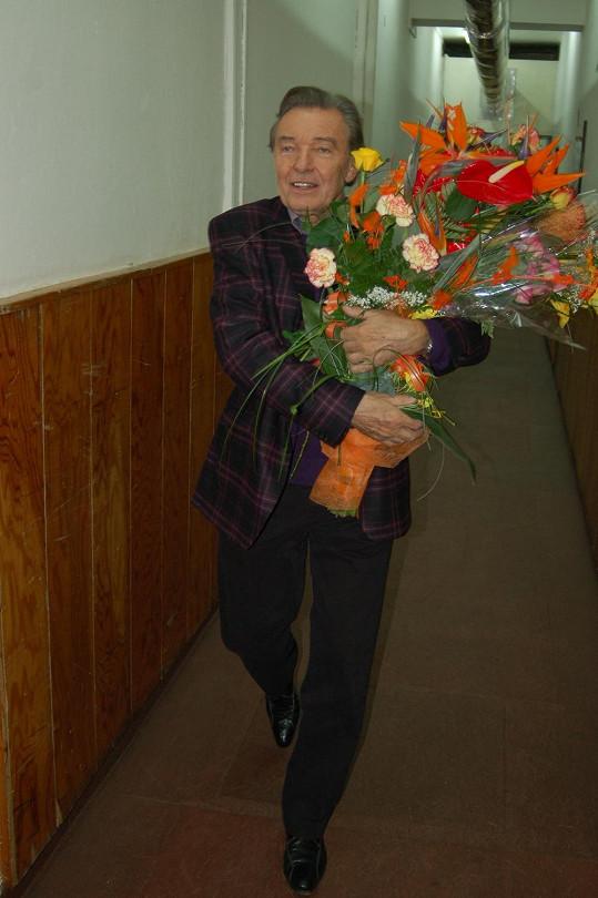 Dostává řadu květinových darů.