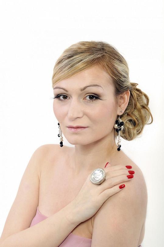 Eva se rozhodla pro blond vlasy (2011).