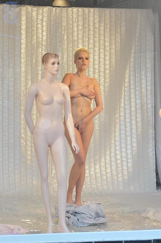 Markéta Poulíčková se nahá postavila do výlohy.