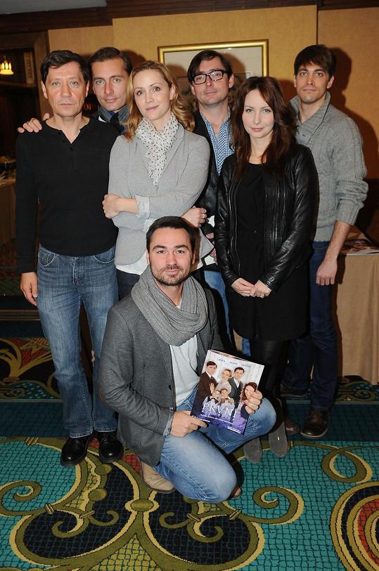 Plánková na tiskovce se svými kolegy ze seriálu a režisérem v čele.