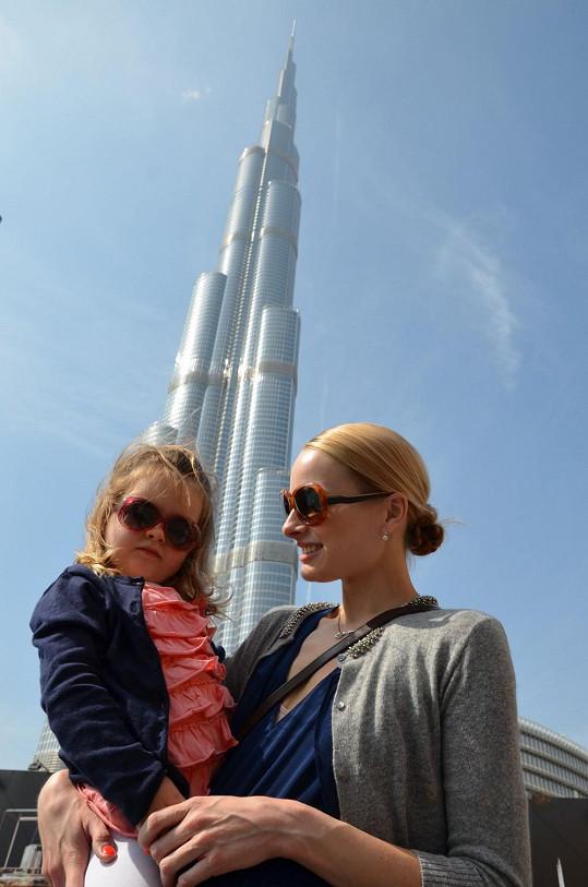 Markéta s dcerou před mrakodrapem