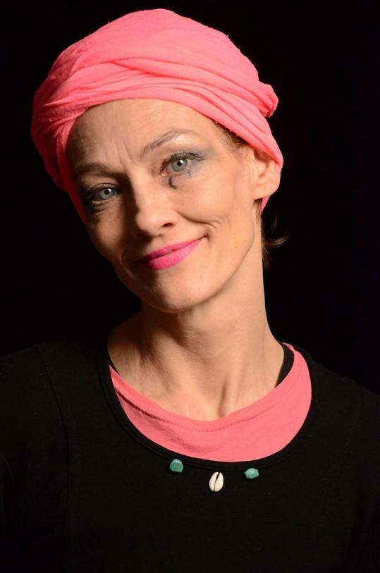 Monika Kvasničková je dnes vyrovnanou ženou a baví ji malování.