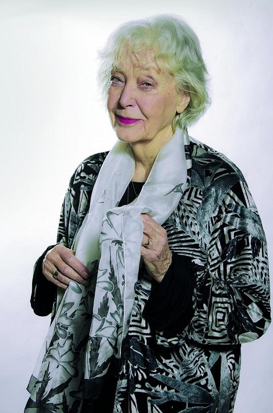 Květa Fialová v roli babičky Chmelíkové.