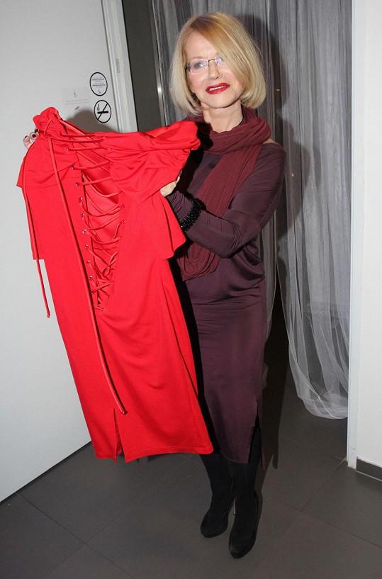 Asterová touží po tom, aby jí brzy tyto šaty padly jako ulité. Zatím má šněrování velmi povolené.