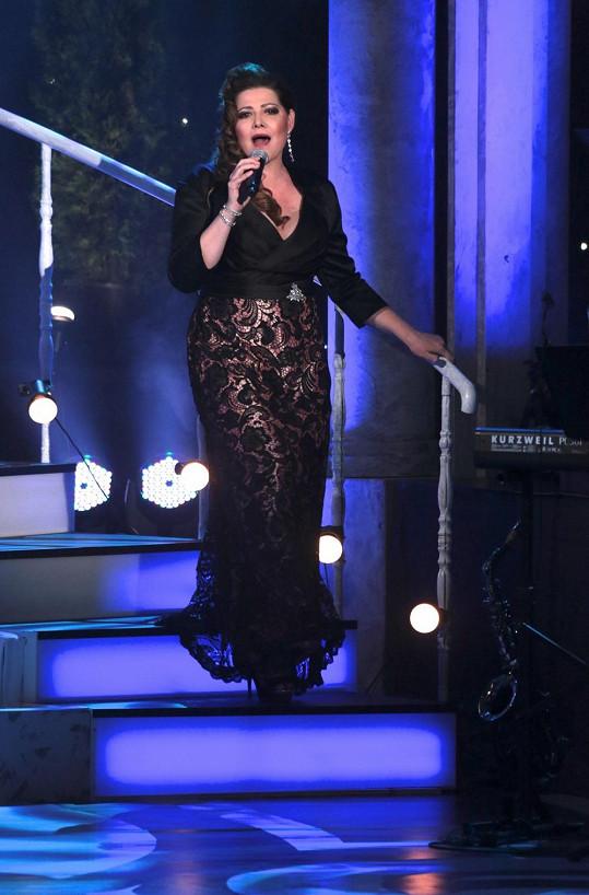 V červnu zářila zpěvačka na Královnách popu. Čekala ji operace žlučníku.