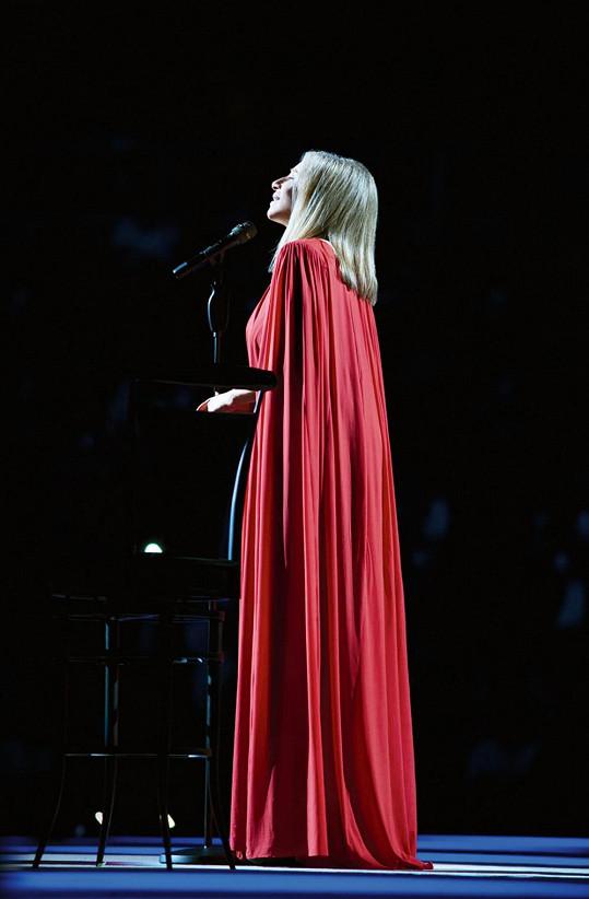 Legenda Barbra Streisand v okázalém kostýmu.