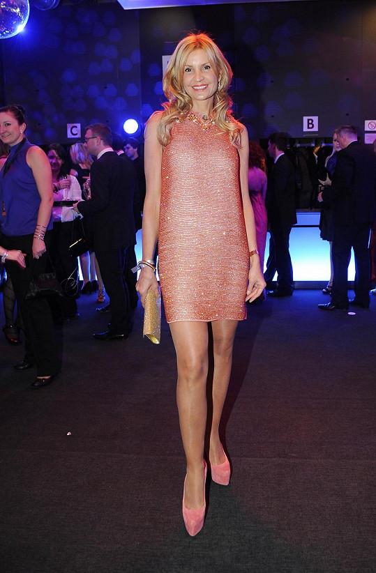 Tamara Kotvalová oblékla minišaty Gucci vyšívané korálky a zvolila obutí stejného odstínu a značky.