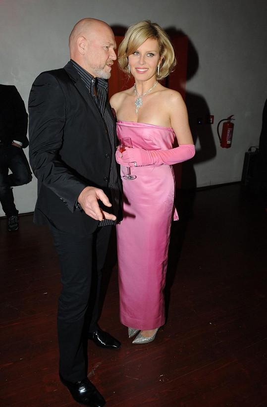 Vašut moderoval večírek, kde byla největší hvězdou Simona Krainová v šatech slavné herečky.
