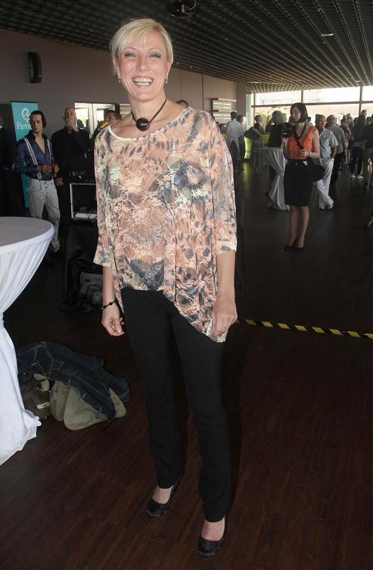 Renata Drössler doplnila outfit pestřejší halenkou.