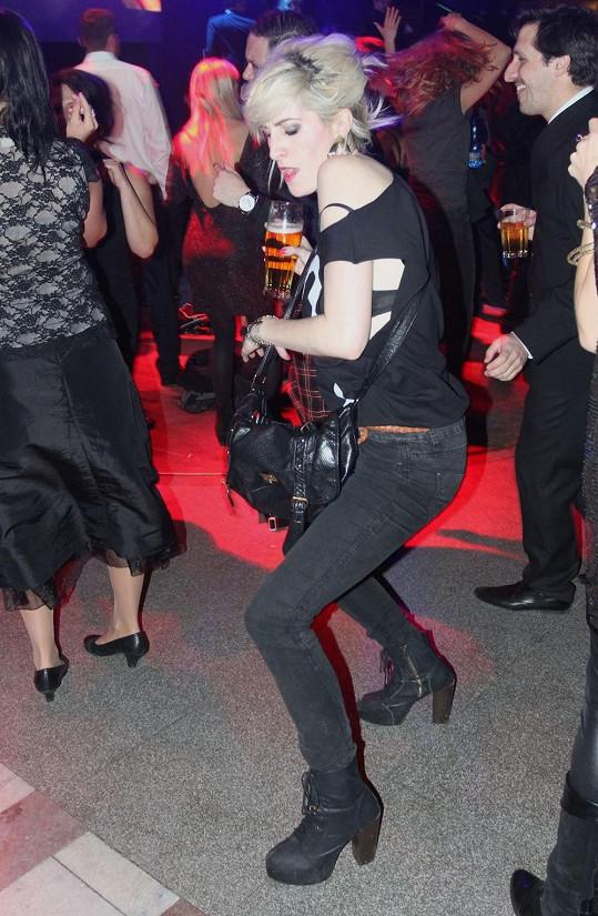 Vytisková ukázala během divokého tance podprsenku.
