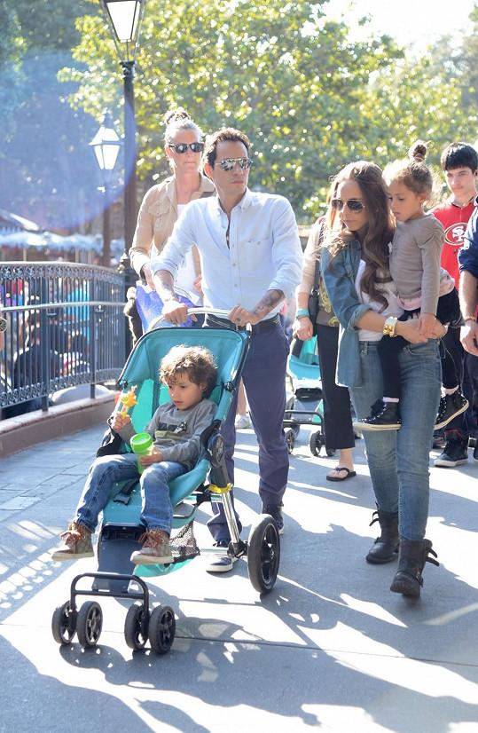 Marc vyrazil s Chloe a jeho dvojčaty Emme a Maxem do Disneylandu.