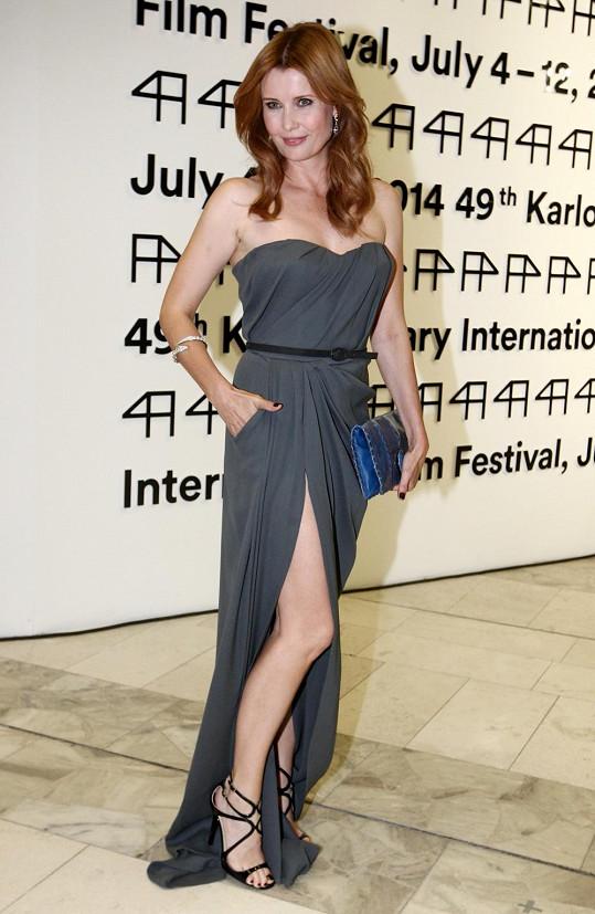 Z hezké ženy se umí Jitka Schneiderová proměnit v hollywoodskou krásku. Stalo se tomu tak například na zahájení filmového festivalu v Karlových Varech, kde oblékla šaty od Ivany Mentlové.