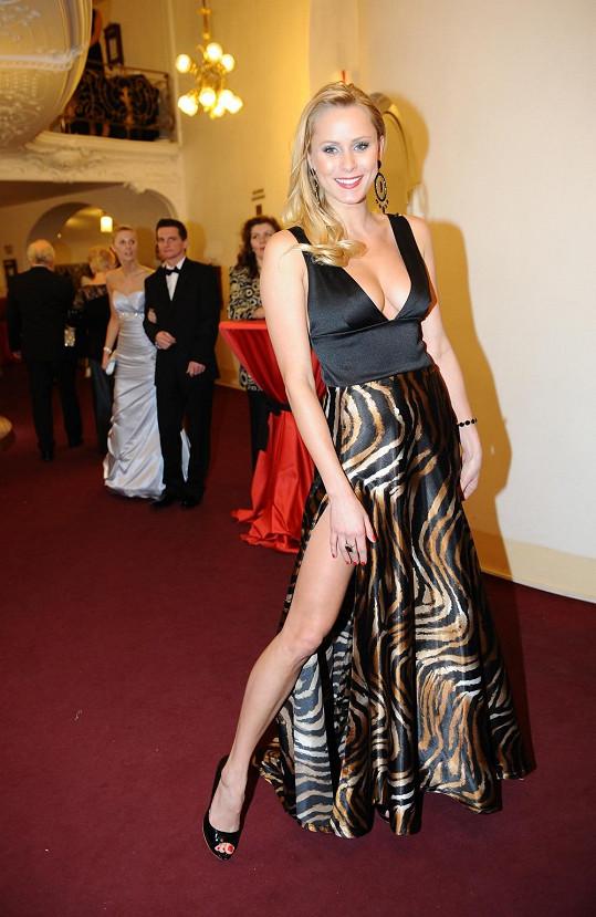 Vnadná Júlia Liptáková získala od Super.cz neoficiální cenu za největší výstřih plesu.