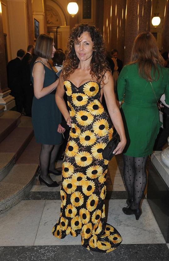 Rozzářená herečka v nepříliš povedeném modelu s aplikacemi slunečnic