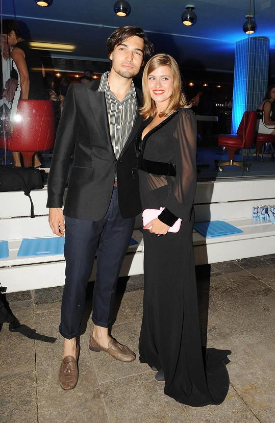 Emma s přítelem Jordanem, který v ohrnutých kalhotách ukázal chlupatá lýtka.