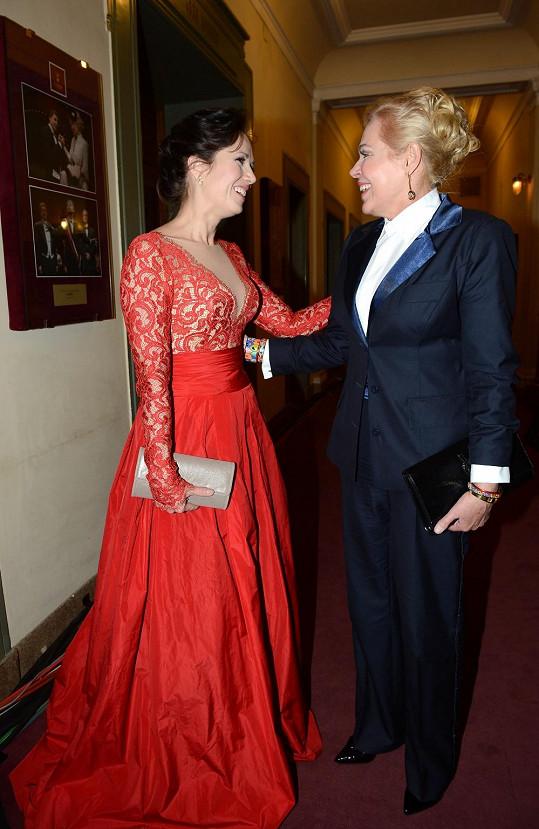 Tereza Kostková se zdraví s kolegyní Dagmar Havlovou.
