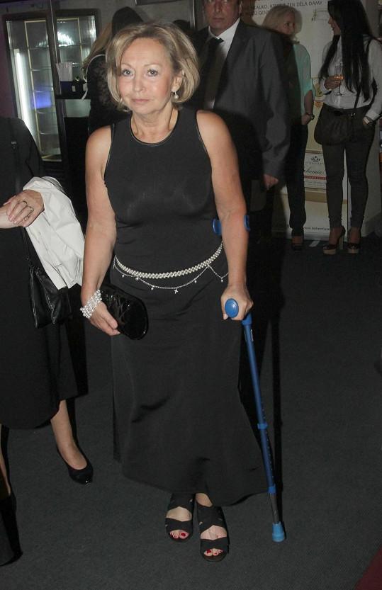 Maminka Moniky Absolonové má zlomené prsty u nohy.