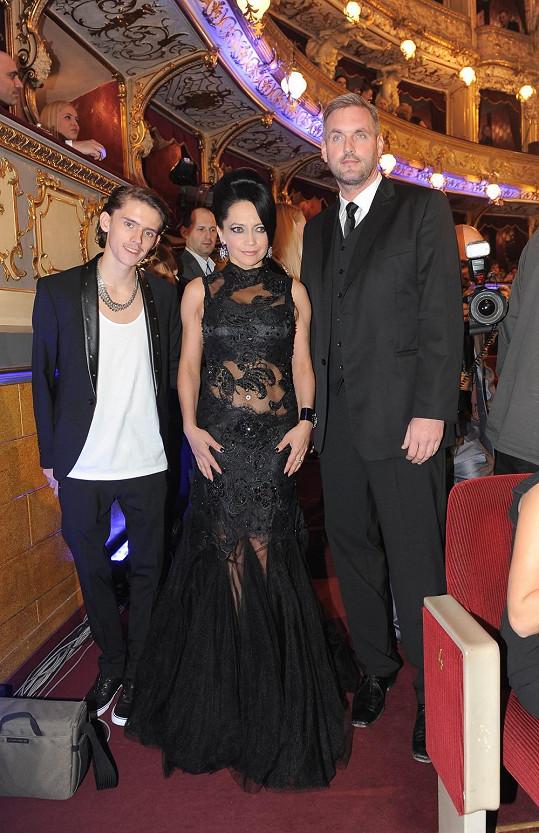 Zpěvačka s partnerem Petrem Makovičkou a synem Filipem ve Státní opeře