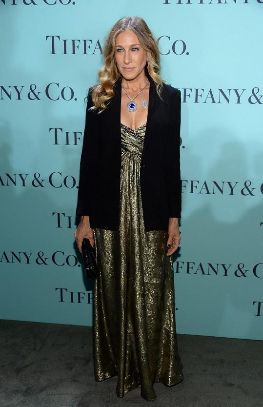 Sarah Jessica Parker se i tentokrát oblékla v duchu svého seriálového alter ega Carrie Bradshaw, když přes metalické šaty Vicky Tiel navrstvila černé sáčko a vše doplnila diamantovými šperky a psaníčkem z výjimečné kolekce Blue Book od Tiffanyho. V celku to vše ale působilo zbytečně složitě.