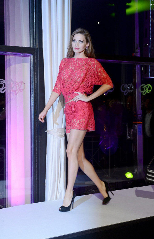 Model z transparentního materiálu oblékla dlouholetá tvář značky Andrea Verešová.