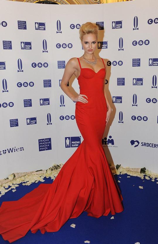 Stejně jako Langmannovou, i nejznámější českou bloggerku oblékl na ples návrhář Lukáš Lindner. Nena plála jako pochodeň v ohnivě rudé róbě z hedvábného taftu kopírující siluetu mořské panny. Šaty, které by s klidem obstály na rudém koberci v Hollywoodu, bloggerka doplnila náhrdelníkem a prstenem.