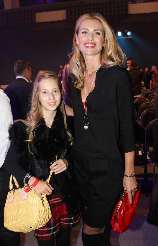 Daniela Peštová vyrazila s dcerou Ellou na kadeřnickou soutěž.