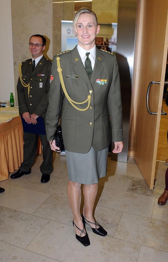 Bára Špotáková v uniformě tak dobře jako na fotce v kalendáři nevypadá.