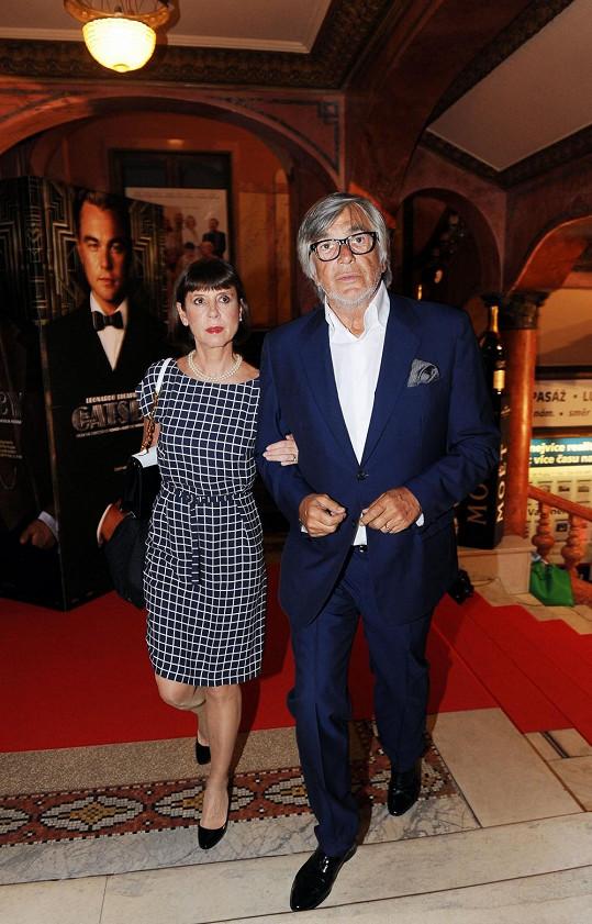 Jiří Bartoška s manželkou na premiéře filmu Velký Gatsby. Jako vždy elegantní.