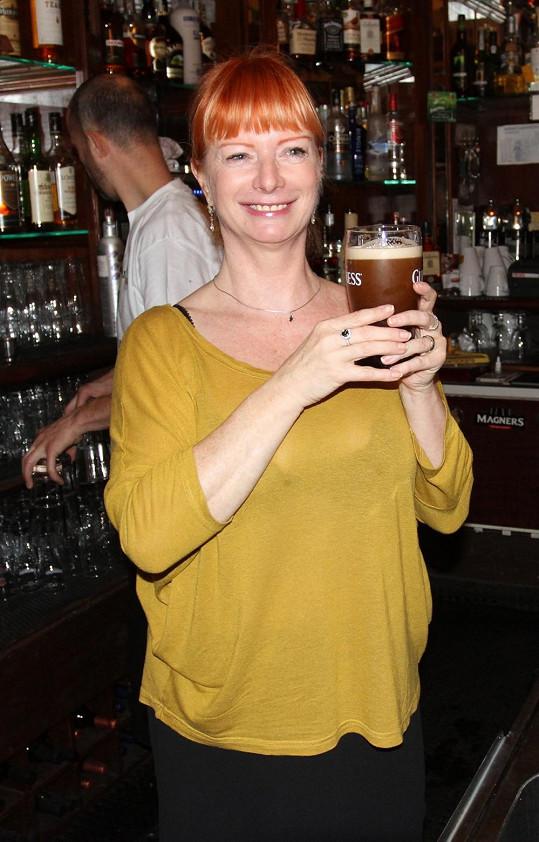 Bára Štěpánová si pochutnávala na pivu v průsvitném tričku.
