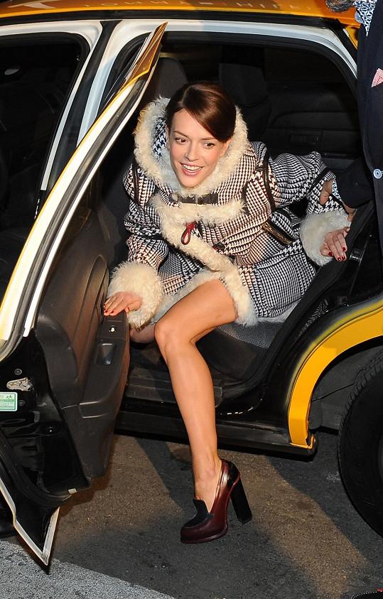 Na otevření vlajkové prodejny americké značky dorazily celebrity stylově americkým žlutým taxíkem.